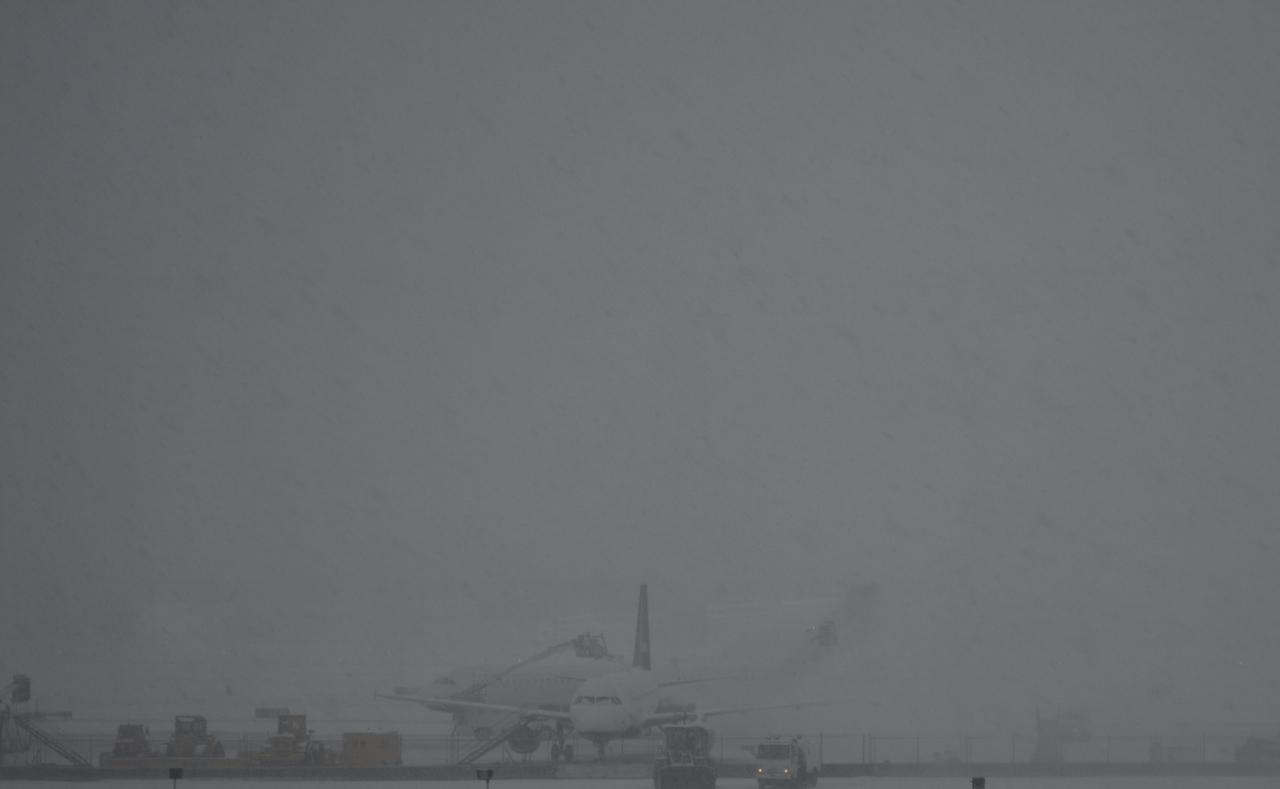 jetblue deicing Deicing a jetblue embraer e190 at logan airport.